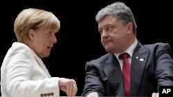 Kanselir Jerman Angela Merkel dan Presiden Ukraina Petro Poroshenko dalam sebuah pertemuan di Berlin. (Foto: Dok)