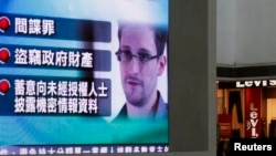 En las pantallas gigantes de Hong Kong se emitió información sobre el ex técnico de la CIA Edward Snowden.