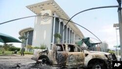 지난달말 실시된 가봉 대통령 선거 결과에 항의하는 집회가 계속되는 가운데, 지난 1일 수도 리브르빌 정부청사 앞에 시위 도중 불탄 차량이 방치돼있다.