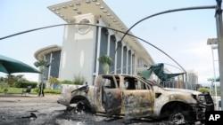 Voiture brûlée près d'un bâtiment du gouvernement, après une manifestation post-électorale à Libreville, au Gabon, le 1er septembre 2016.