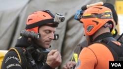 Dua penyelam Italia bersiap untuk melanjutkan kembali pencarian korban kapal pesiar Costa Concordia (19/1).