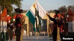 Lính biên phòng Pakistan và Ấn Độ tại cửa khẩu Wagah, gần biên giới gần thành phố Lahore của Pakistan.