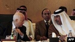 Generalni sekretar Arapske lige Nabil Elarabi (levo) ikatarski ministar inostranih poslova Hamad bin Jasim al-Tani, tokom sastanka Arapske lige u Kairu