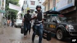 Anggota kepolisian kembali setelah penggerebekan anggota kelompok ekstremis di sebuah gedung di Dhaka, Bangladesh Selasa (26/7).