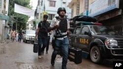 Cảnh sát trở lại sau vụ đột kích một tòa nhà ở thủ đô Dhaka, Bangladesh, ngày 26/7/2016.