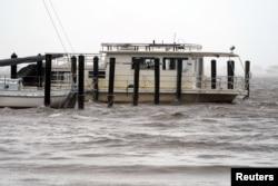 Un yate junto a un muelle cubierto por el agua en Alligator Point, Florida, cuando el huracán Michael toca tierra el 10 de octubre de 2018.