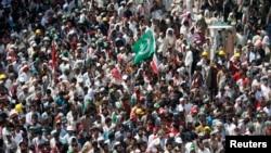 정부 퇴진을 요구하는 시위대들이 16일 이슬라마바드에 모여 이슬람 성직자 타히르 울 카드리의 연설을 듣고 있다.