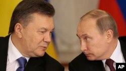 Presiden Rusia Vladimir Putin (kanan) dan Presiden Ukraina Viktor Yanukovych berbicara di sela-sela konferensi pers di Moskow, Selasa (17/12).