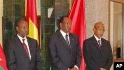 Burkina Faso's President Blaise Compaore (C) and mediator in the guinea crisis poses after a meeting with Guinea's presidential candidate Cellou Daleine Diallo (R) and Alpha Conde (R) on 3 Sep 2010 at the presidential palace in Ouagadougou