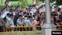 中國警察試圖驅散聚集在上海第17屆國際電影節開幕式外的粉絲。 (2015年6月14日)