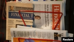 An edition of the Financial Times Deutschland (Germany) is seen at a shop in Frankfurt August 28, 2012. Local media reported that Financial Times are to modify the amount of pages in their newspaper. REUTERS/Kai Pfaffenbach (GERMANY - Tags: BUSINESS MEDI