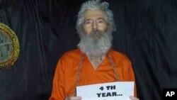 Foto de Robert Levinson en cadenas enviada a su familia por desconocidos 4 años después de haber desaparecido en Irán.