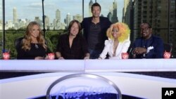 "Pembawa acara ""American Idol"" Ryan Seacrest (tengah) bersama para juri, dari kiri ke kanan, Mariah Carey, Keith Urban, Nicki Minaj dan Randy Jackson. (AP/Michael Becker)"