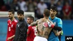 L'espagnol Sergio Ramos, au centre, embrasse le gardien iranien Ali Beiranvand à la fin du match du groupe B entre l'Iran et l'Espagne à la Coupe du monde de football 2018 dans l'aréna de Kazan, Russie, 20 juin 2018.