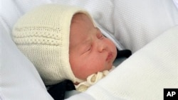 Bayi putri kerajaan yang baru lahir, Charlotte Elizabeth Diana, saat dibawa orangtuanya meninggalkan St. Mary's Hospital, London, (2/5).