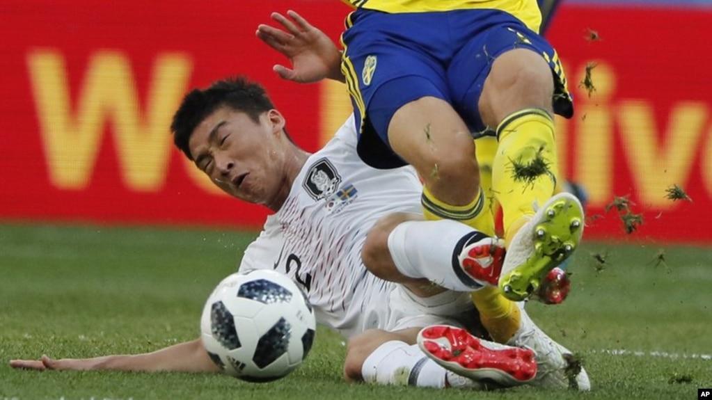 Lee Yong, de Corea del Sur, comete una falta sancionada como penal sobre Viktor Claesson, de Suecia, en el partido del Mundial realizado el lunes 18 de junio de 2018, en Nizhny Novgorod, Rusia