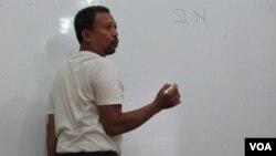 Sapri Sale, pendiri dan pengajar kurus bahasa Ibrani sedang menjelaskann kepada muridnya. (Foto: VOA/Fathiyah)