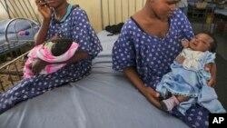 Les femmes avec leurs nouveau-nés dans un service de la maternité de l'île de Lagos, Nigeria, le 31 octobre 2011. (AP Photo/Sunday Alamba)