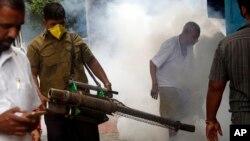인도 뭄바이에서 지난 3일 모기 방제를 위한 연막살충제를 뿌리고 있다.