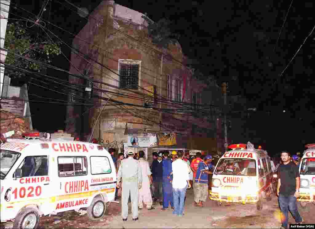 حادثے کے بعد ریسکیو کا عملہ موقع پر موجود ہے، جب کہ اہل محلہ کی بڑی تعداد بھی پہنچی