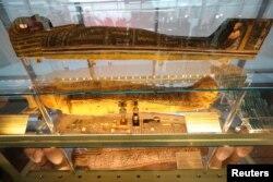 Sarkofagus dipamerkan di museum baru di Bandara Internasional Kairo, Mesir, 18 Mei 2021. (REUTERS / Mohamed Abd El Ghany)