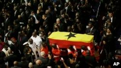Sòlda ganeyen ki t ap pote sèkèy ansyen Sekretè Jeneral l'ONU, Kofi Annan, ki te vlope ak drapo nasyonal Gana a aprè antèman li te fin chante nan Sant Konferans Entènasyonal Gana a nan vil Accra, kapital peyi a, jedi 13 septanm 2018.