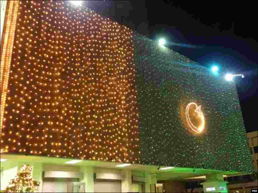 شہر کی اہم عمارت پر برقی قمقموں سے سبز ہلالی پرچم بنایا گیا جو دیکھنے میں خوبصورت لگ رہا ہے۔