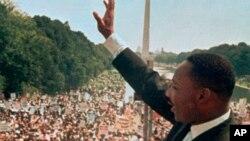 Dr. Martin Luther King Jr.ki tap salye piblik la devan moniman Lincoln avan li te fè diskou I have a Dream ou mwen gen yon rèv. Washington, 8 out 1963.