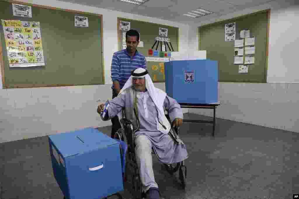 انتخابات اسرائیل؛ یک عرب اسرائیلی در انتخابات رای می دهد. گفته شده این دوره مشارکت عرب های اسرائیل به نسبت دوره قبل کمتر بود.