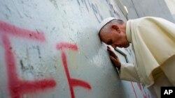 Papa Francisco junto aomuro que divide Isarel e a Cisjordania
