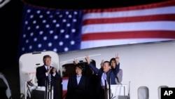 Prezidan Donald Trump ki t ap resevwa ansyen prizonye yo nan Baz Militè Andrews la, nan Eta Maryland, tou prè Washington. De goch a dwat: Tony Kim, Kim Hak Song ak Kim Dong Chul.