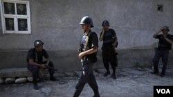 Militer Kirgizstan mengamankan situasi di kota Osh akibat kekerasan terhadap etnis Uzbek (foto: Juni 2010).