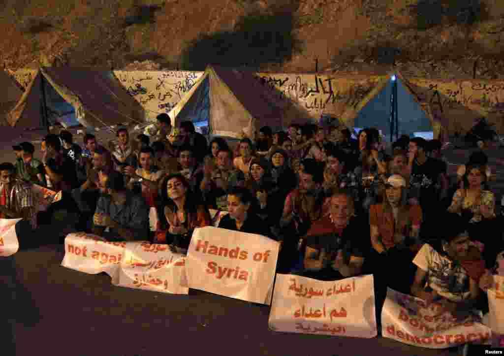 """Bashar al-Assad tarafdorlari G'arb hujumiga qarshi """"Jonli devor"""" tadbirida qatnashayapti."""