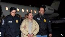 En esta foto de archivo de el 19 de enero del 2017, autoridades estadounidenses escoltan a Joaquín 'El Chapo' Guzmán desde un avión a el aeropuerto Long Island MacArthur en Ronkonkoma, Nueva York.