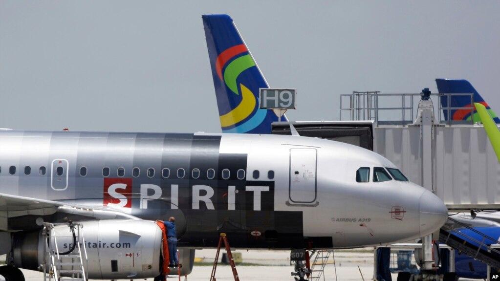 Un avión de Spirit Airlines en la pista del Aeropuerto Internacional de Fort Lauderdale, Florida.