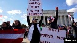 美国的拉美裔联盟在华盛顿的林肯纪念堂游行,要求增加对波多黎各的救灾援助(2017年11月9日)