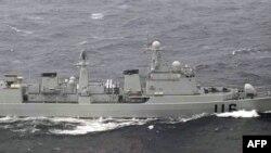 Bức ảnh cho thấy một tàu chiến Trung Quốc trong vùng biển giữa hai hòn đảo Nhật Bản tại quận Okinawa, Biển Hoa Đông, 16/10/2012