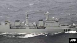 日本防衛省16日拍攝的圖片顯示中國海軍艦艇通過日本毗鄰水域