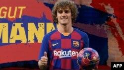 Le nouvel attaquant français de Barcelone Antoine Griezmann pose lors de sa présentation officielle par le club de football espagnol au Camp Nou à Barcelone le 14 juillet 2019.