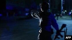 Avganistanski policijac u blizini mesta na kojem se sinoć odigrao samoubilački napad