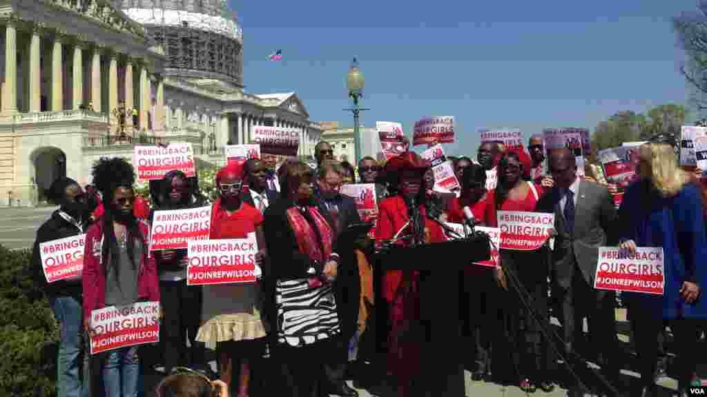 La Congresswoman Frederica Wilson parle lors d'une conférence de presse pour les deux ans de capture des Chiboks Girls, devant le Capitole à Washington D.C, 14 avril 2016. (VOA / Maylis Haegel)