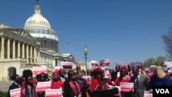 La Congresswoman Frederica Wilson parle pour une conférence de presse pour les deux ans de capture des Chiboks Girls, devant le Capitole à Washington DC aux Etats Unis le 14 avril 2016. (VOA / Maylis Haegel)