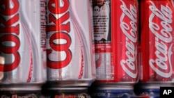 Coca-Cola busca formas de reducir costos mediante despidos a nivel mundial.