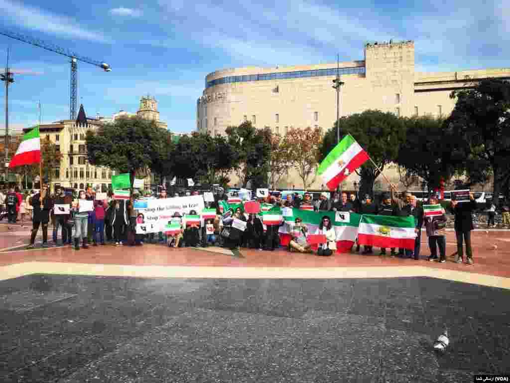 در شهر بارسلون در اسپانیا نیز گروهی از ایرانیان روز چهارشنبه ۲۰ نوامبر / ۲۹ آبان در حمایت از تظاهرات مردم در ایران بر ضد جمهوری اسلامی تجمع کردند.