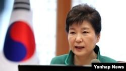 박근혜 한국 대통령이 22일 청와대에서 열린 수석비서관회의에서 발언하고 있다.