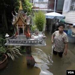 Warga di Bangkok harus berjuang mengatasi banjir terparah yang terjadi di Asia Tenggara dalam beberapa puluh tahun terakhir.