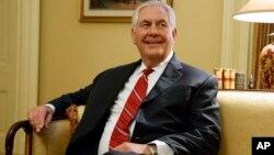 ຜູ້ທີ່ຖືກສະເໜີຊື່ເປັນລັດຖະມົນຕີຕ່າງປະເທດ ທ່ານ Rex Tillerson ນັ່ງໃນລະຫວ່າງການພົບປະກັບຜູ້ນຳສຽງ ສ່ວນຫຼາຍໃນສະພາສູງ ທ່ານ Mitch McConnell ຈາກລັດ Kentucky ຢູ່ລັດຖະສະພາ Capitol Hill ໃນນະຄອນຫຼວງ ວໍຊິງຕັນ. 4 ມັງກອນ, 2017.