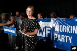 La candidata a gobernadora de Nueva York Cynthia Nixon pronuncia su discurso de aceptación de los resultados electorales tras las primarias del jueves, 13 de septiembre de 2018 en Nueva York.