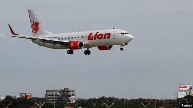 Sebuah pesawat Lion Air bersiap hendak mendarat di bandara (Foto: dok). Polisi Indonesia melaporkan sebuah pesawat Lion Air berpenumpang lebih dari 100 orang tergelincir di ujung landasan saat hendak mendarat dan masuk ke laut di Bali, Sabtu (3/4).