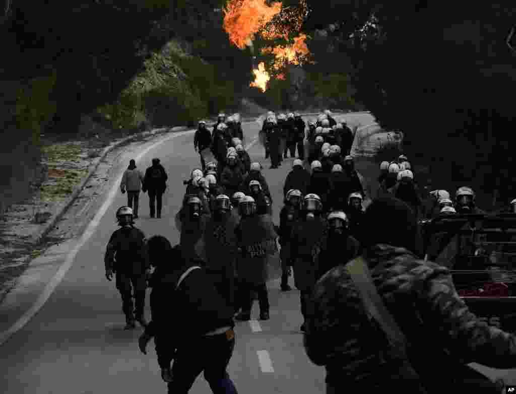 در یونان درگیری بین مهاجران و پلیس یونان افزایش یافته است. یک انفجار در عکس دیده میشود.